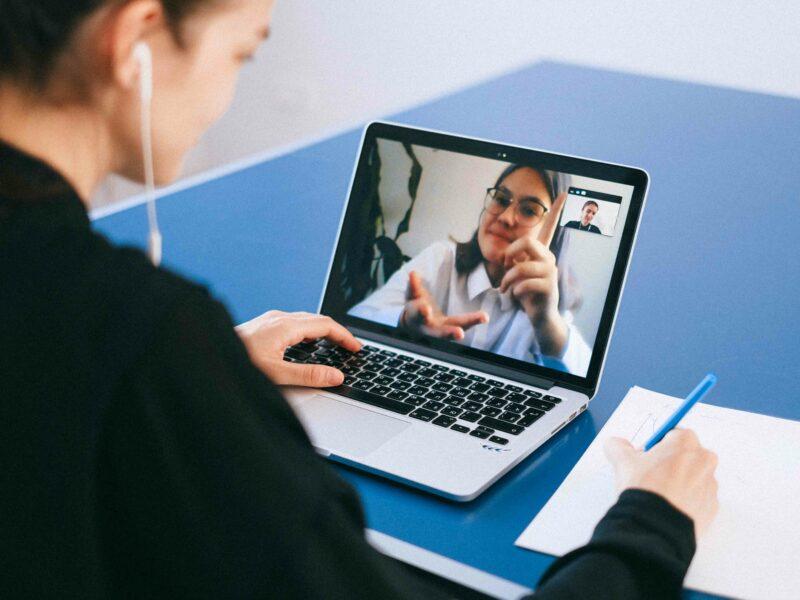 Hoe voer je goede sollicitatiegesprekken op afstand?